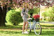 Ženska ob mestnim kolesom